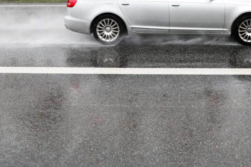 Nasse Straßen können zur gefährlichen Falle werden, wenn man zu schnell unterwegs ist. (Symbolbild)