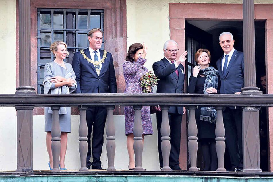 Winken fürs Volk: Leipzigs OB Burkhard Jung (l., mit Frau Ayleena) und Ministerpräsident Stanislaw Tillich (r., mit Frau Veronika) empfangen König Carl XVI. Gustaf und Königin Silviavon Schweden (Mitte) im Alten Rathaus von Leipzig.