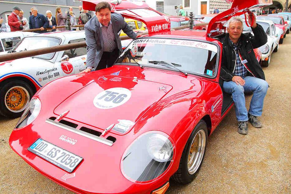 """Peter Melkus (65, r.) und sein Sohn Sepp (36) präsentieren den jüngsten, gerade erst fertig gestellten """"RS1000""""."""