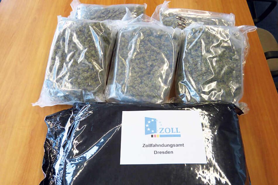 In solchen Tüten wurde das Marihuana in einer Zisterne innerhalb des Tankaufliegers geschmuggelt.
