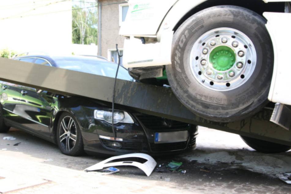 Der VW Kombi liegt unter Lkw und Oberleitungsmast begraben.
