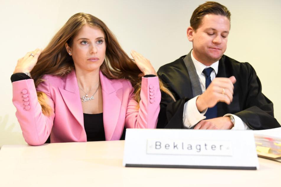 Cathy Hummels und ihr Anwalt Christian Oliver Moser sitzen vor Verhandlungsbeginn am Montag im Landgericht München I im Gerichtssaal.