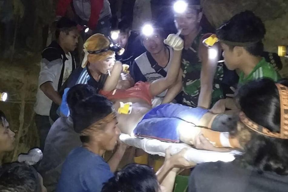 Die Retter versuchen, die Menschen aus der Mine zu befreien.