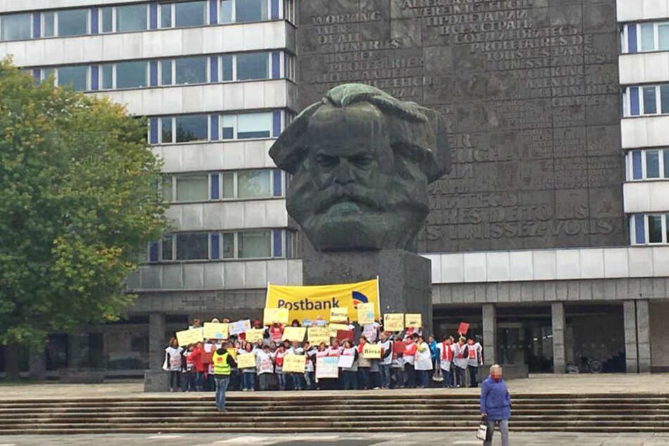 In Chemnitz streikten die Postbank Mitarbeiter vor dem Karl-Marx-Monument.