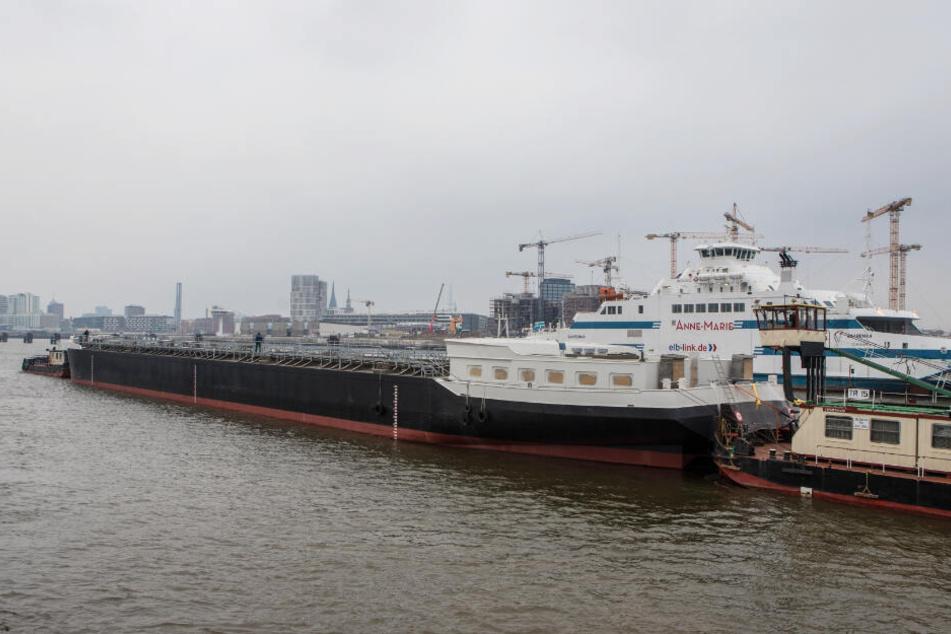 """Die """"Spera"""" liegt im Hamburger Hafen zwischen zwei Schubschiffen."""