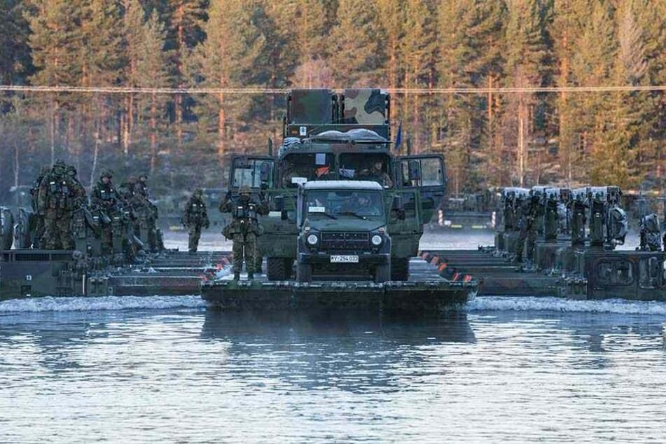 Eine Patriot-Kampfstaffel der Bundeswehr überquert auf einem amphibischen Brücken- und Übersetzfahrzeug vom Typ M3 einen Fluss in Norwegen.