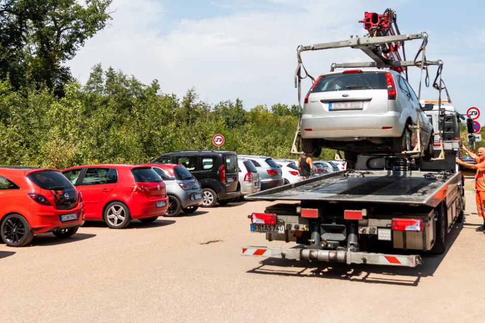 Wildparker hoffen auf Abkühlung im See: Spaß-Bremse Abschlepp-Wagen