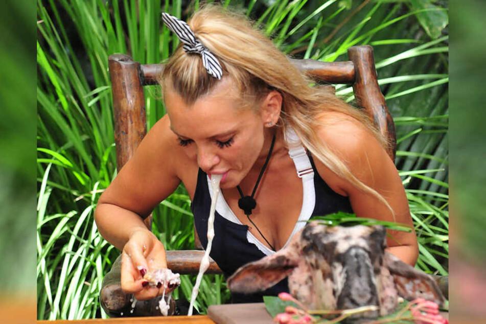 In ihrer letzten Dschungelprüfung musste die spätere Siegerin Evelyn Burdecki neben einem lebendigen Skorpion auch ein Lammhirn essen, übergab sich dabei aber.