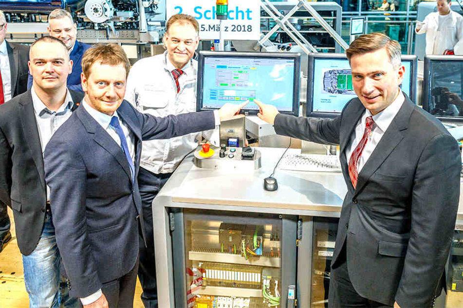 """Ab jetzt wird wieder in zwei Schichten gearbeitet: Ministerpräsident Michael Kretschmer (42, CDU, l.) und Wirtschaftsminister Martin Dulig (44, SPD) drückten gestern den """"Startknopf""""."""
