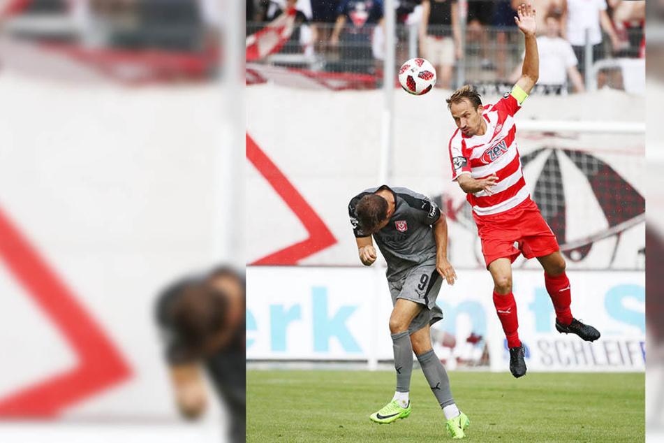 Toni Wachsmuth steigt zum Kopfball - bei einem Zweikampf verletzte sich der FSV-Kapitän.