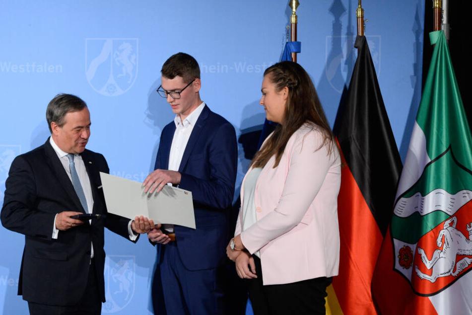 NRW-Ministerpräsident Armin Laschet (58) verleiht im Sportmuseum die Rettungsmedaille an Vinzenz Stollmeier und eine öffentliche Belobigung an seine Freundin Lisa Benteler.