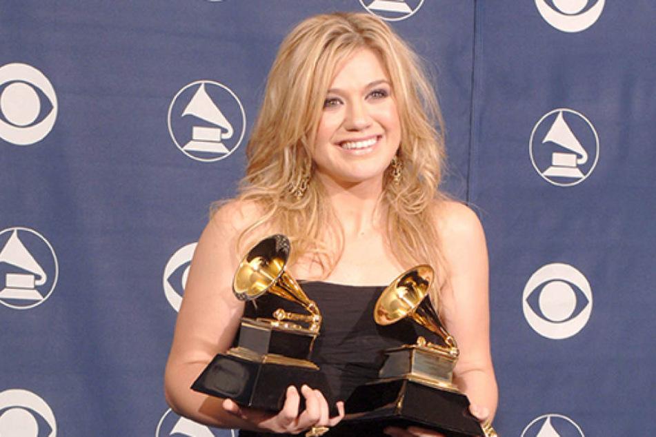 An diesem Morgen wurde Kelly Clarkson gesagt, sie hätte Krebs. Dennoch strahlte sie bei der Grammy-Verleihung am Abend in die Kameras.