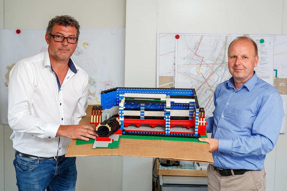 Bau-Chef Andreas Reck (47, l.) und Ralf Strothteicher (54) von der Stadtentwässerung zeigen das vom Bauleiter zur Anschauung gebaute Lego-Modell des unterirdischen Damms.