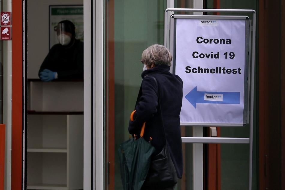 Mit einem Corona-Test vor dem Weihnachtsfest werden mögliche Infektionsrisiken ausgeschlossen.