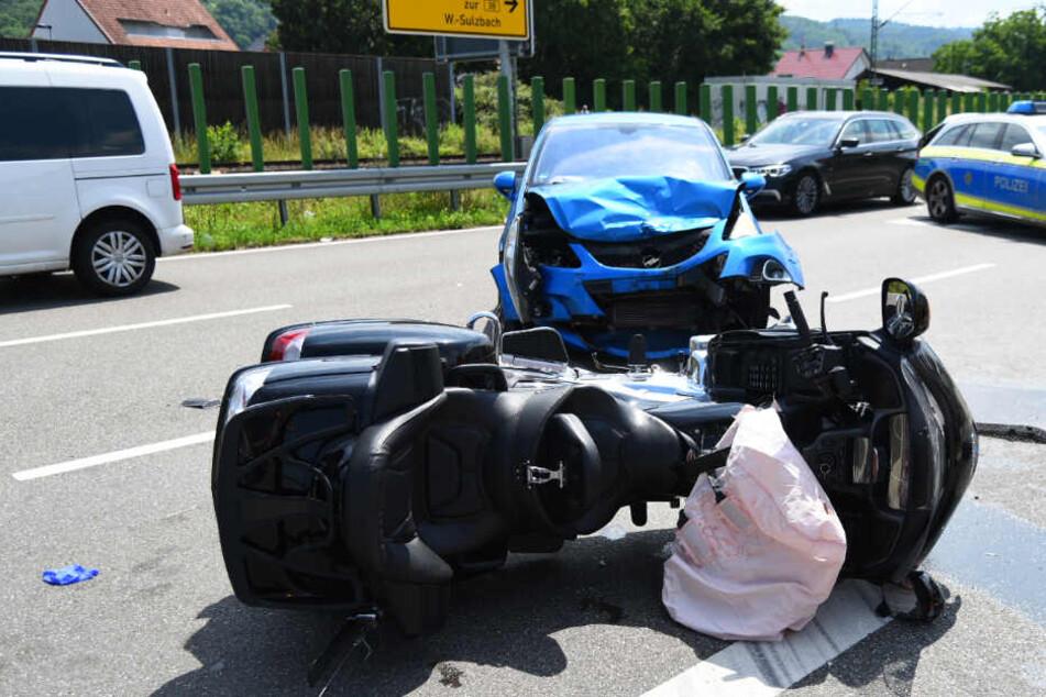 Auto rammt frontal in Biker.