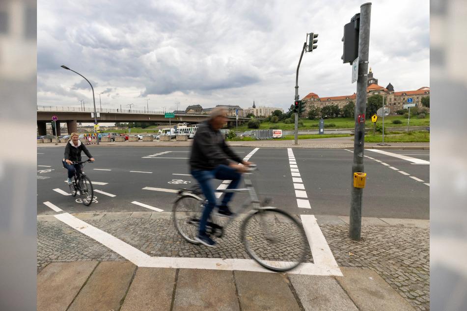 Kurz nach der Carolabrücke können Radfahrer wieder auf den Elberadweg wechseln.