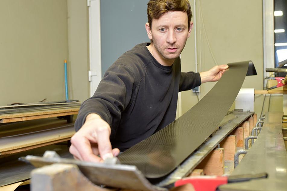 Alles in Handarbeit: André Voigt legt eine Carbonplatte in die Skiform ein.  Später wandert diese in die Pressmaschine