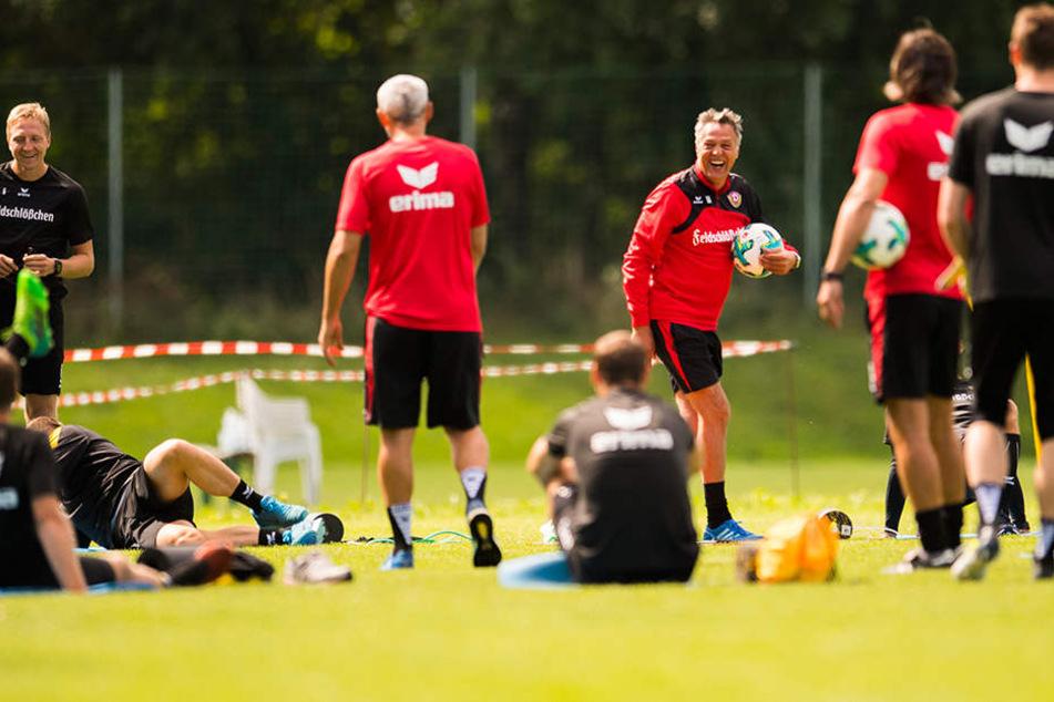 Ein Trainingslager ist keine Spaßveranstaltung, aber gelacht wurde trotzdem - wie hier Uwe Neuhaus (3.v.r.).