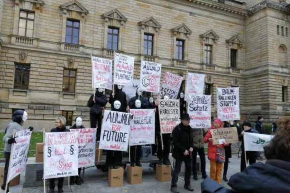 Maskiert und schwarz gekleidet positionierten sich die bezahlten Statisten vor dem Bundesverwaltungsgericht.