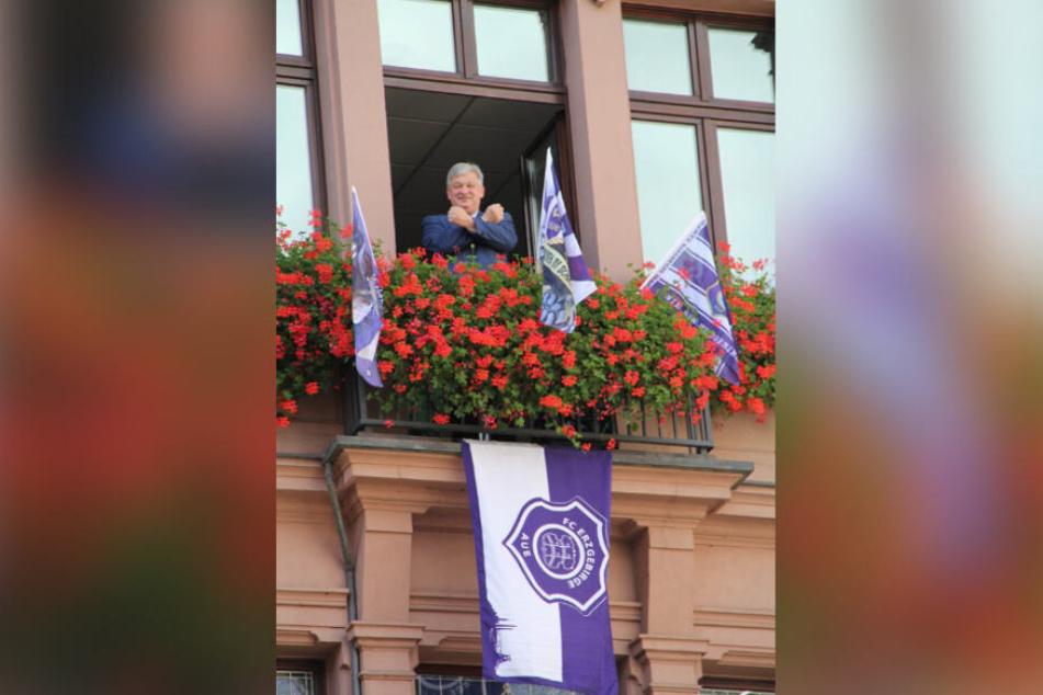 Aue zeigt Flagge: Oberbürgermeister Heinrich Kohl ließ den Rathausbalkon mit lila-weißen FCE-Vereinsfahnen schmücken und grüßt mit den traditionellen gekreuzten Hämmern.