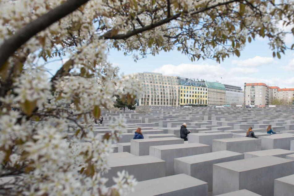 Das Holocaust-Mahnmal in Berlin erinnert an die 6 Millionen Juden die während des zweiten Weltkriegs ermordet wurden.