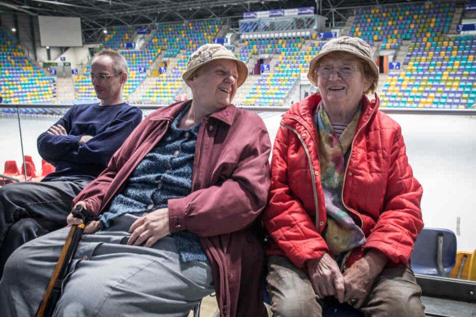 Karin Schuster (76, m.) und Johanna Gruner (86, r.) aus Schwanheim sitzen am Mittwochabend evakuiert in der Ballsporthalle in Höchst.