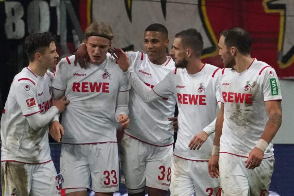Der Kölner Sebastiaan Bornauw (2.v.l.) jubelt mit seinen Teamkollegen nach seinem Tor zum 2:2. Foto.