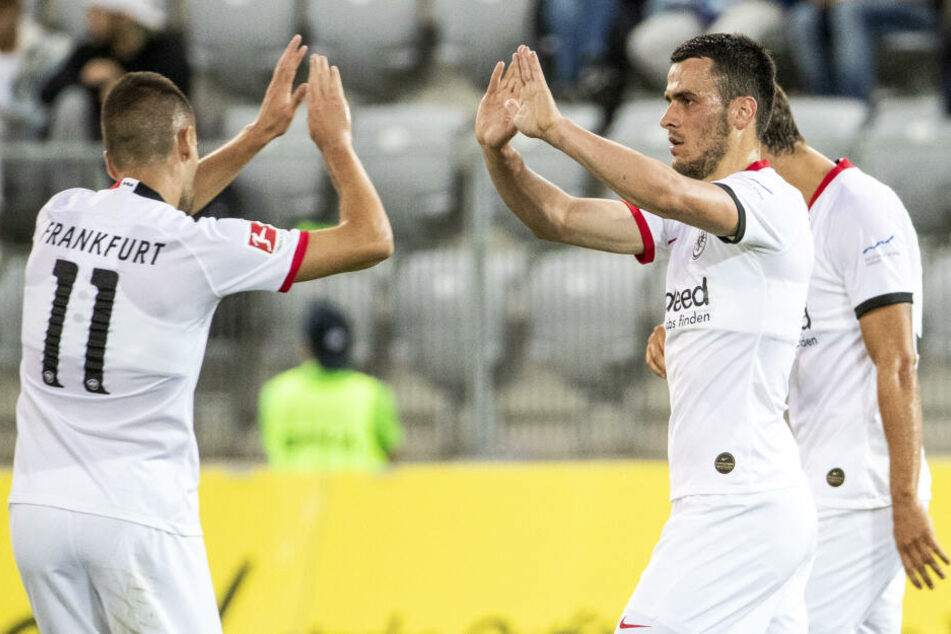 Mijat Gacinovic (Li.) und Filip Kostic vom Bundesligisten Eintracht Frankfurt.