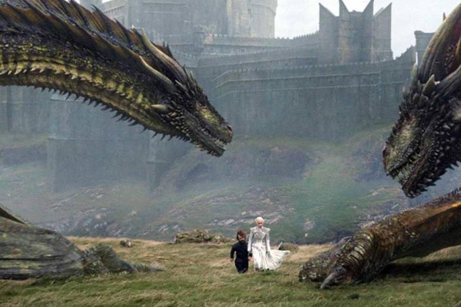 Szene aus Game of Thrones: Tyrion Lannister und Daenerys Targaryen werden von ihren Drachen flankiert.