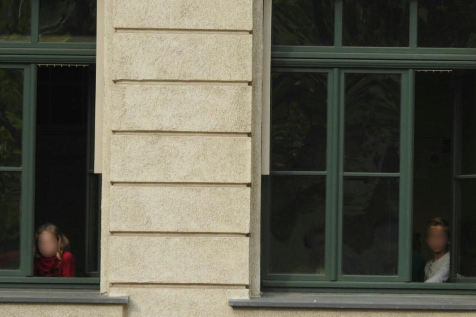 Verängstigte Schüler blicken aus dem Fenster in ihren Klassenzimmern.