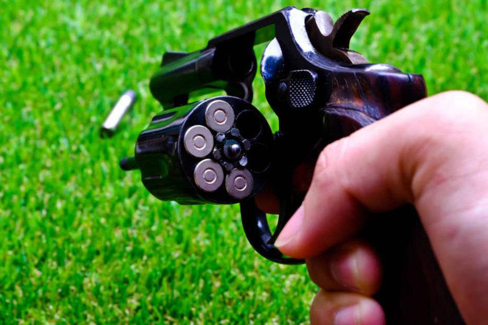 Zunächst hatte der Mann den Revolver verdeckt. (Symbolbild)