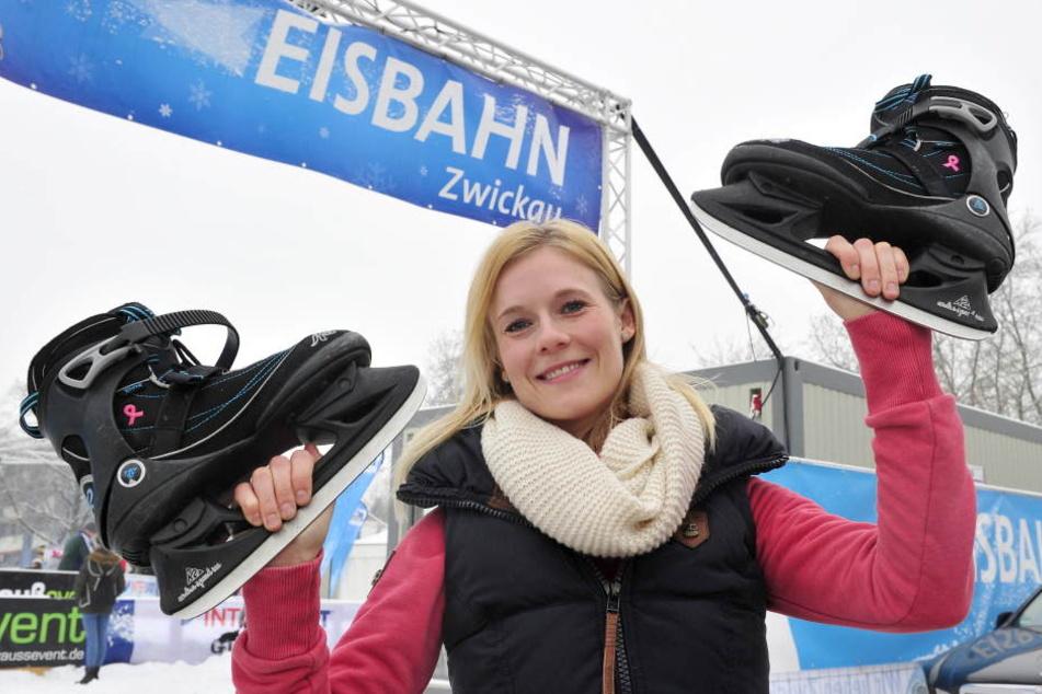 Studentin Tina Falk (26, 2.v.l.) dreht gern ihre Runden auf der Zwickauer  Eisbahn.