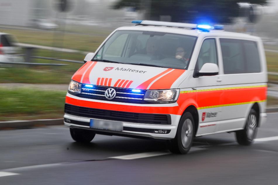 Krankenwagen mit Martinshorn fährt auf eine Kreuzung: Dann kracht es