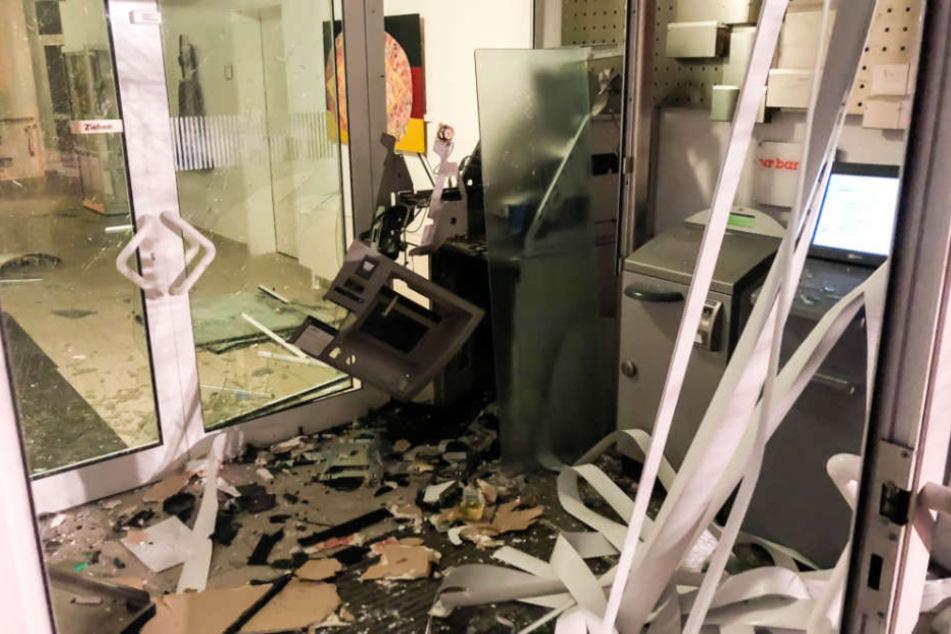 Der Bereich um den Geldautomaten ist völlig zerstört.