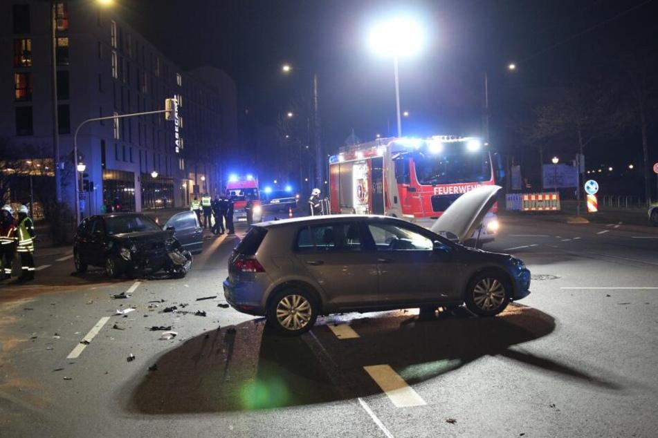 Drei Verletzte bei heftigem Crash in Leipzig: Frau (30) in Auto eingeklemmt