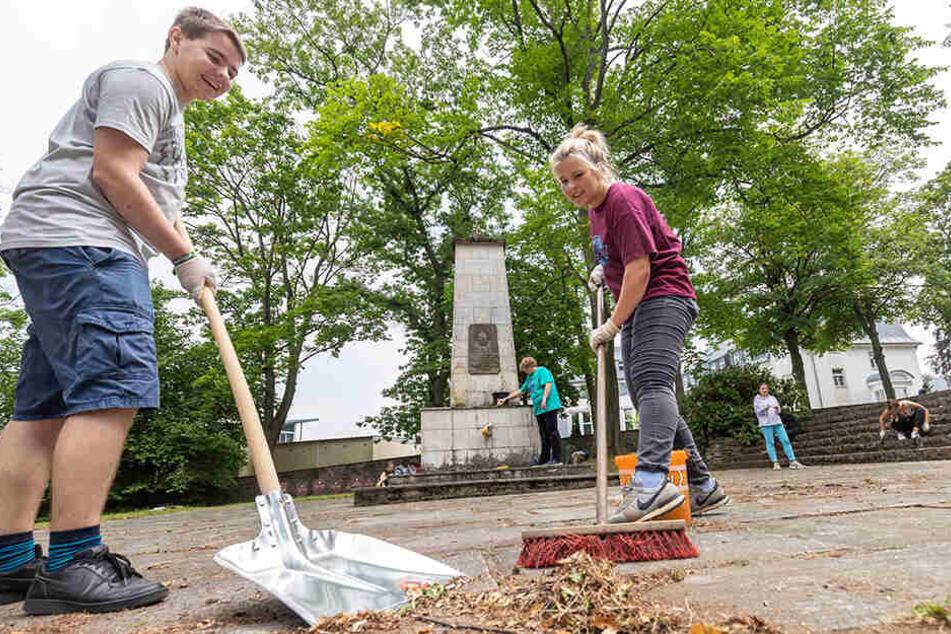 Denkmalpflege: Katharina Eckstein (19) und Niklas Santhoff (21) haben Spaß bei der gemeinsamen Arbeit.