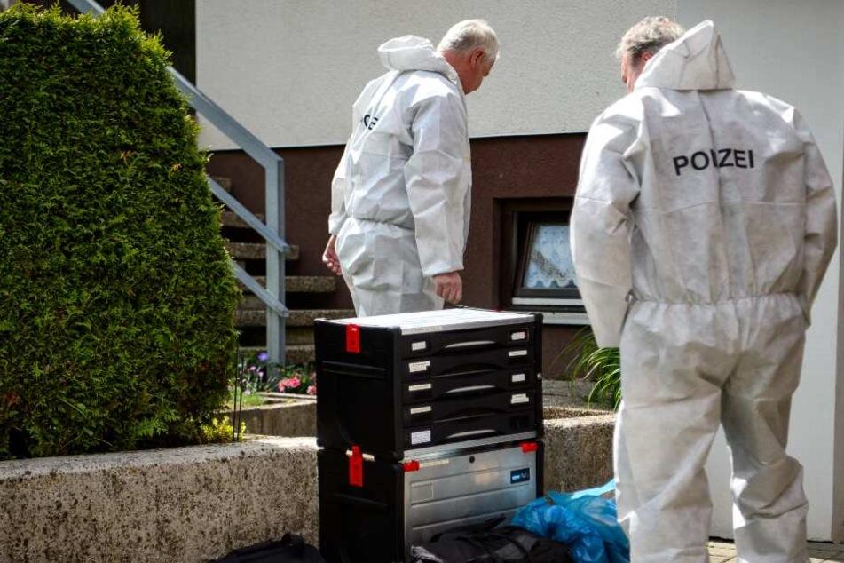 Rentner mit Stichverletzung tot in Wohnung entdeckt: Hat seine Ehefrau ihn ermordet?