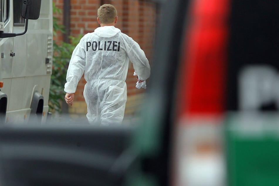 Ein Beamter der Spurensicherung auf dem Weg zur Unglücksstelle. (Symbolbild)