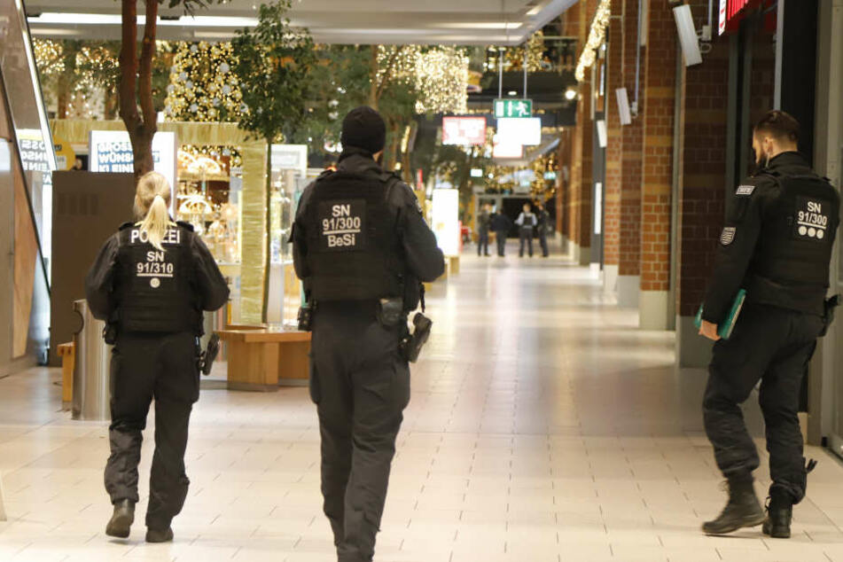 Die Polizei fand in dem Einkaufszentrum nichts Verdächtiges.