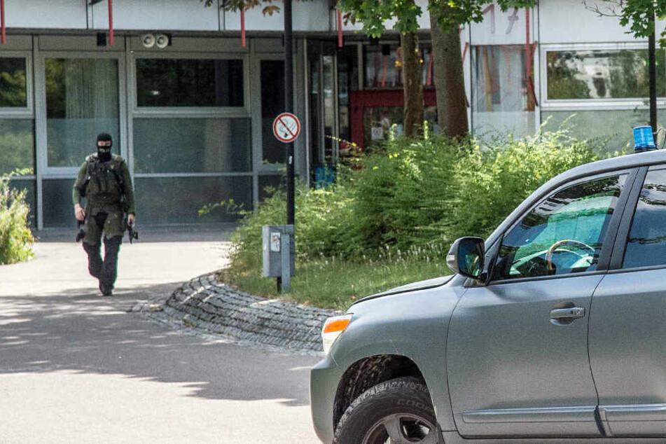 Nach dem Amokalarm an einer Schule in Esslingen läuft die fieberhafte Suche nach einem Mann, der die Schule mit Pistole betrat.