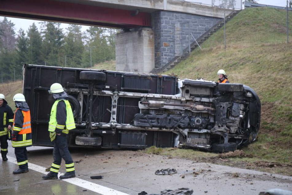 Die Feuerwehr musste den Fahrer aus der Fahrerkabine befreien.