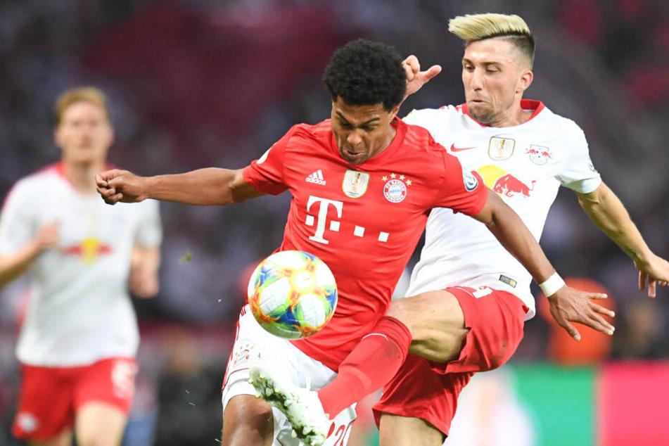 Szene aus dem DFB-Pokal im Mai: Serge Gnabry von Bayern München und Kevin Kampl (r.) von RB Leipzig im Zweikampf.