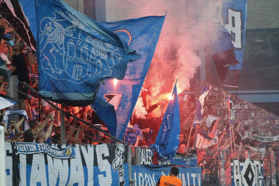 Während des Fußballspiels wurde mehrfach Pyrotechnik abgebrannt.