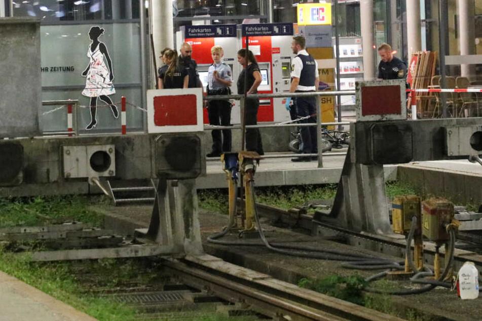 Drei Menschen verletzt: Messerattacke an Bahnhof?
