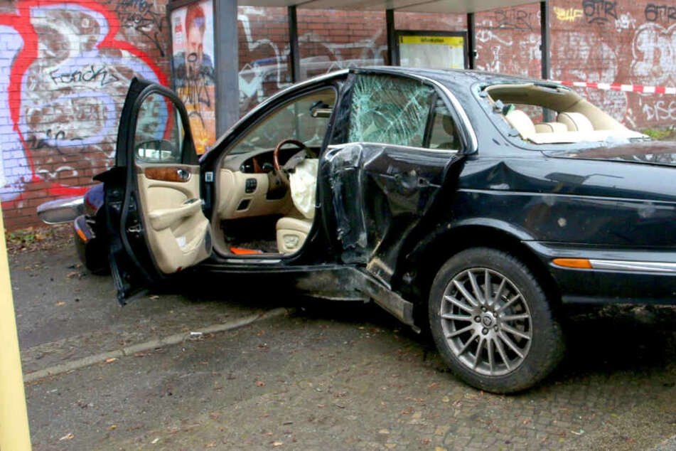 Schwerer Unfall: Jaguar rast in Haltestelle