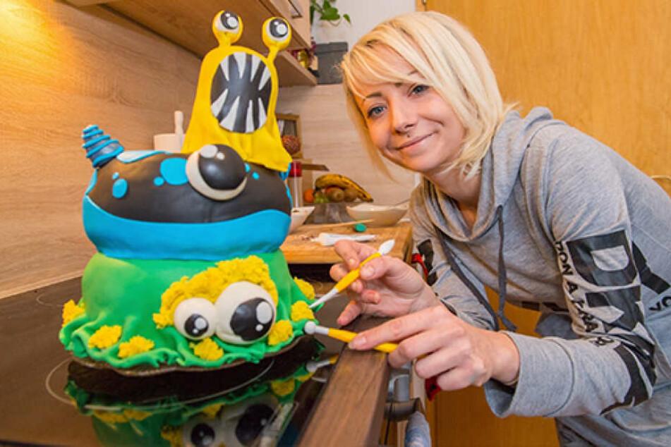 Sandra Oeser (27) mit einer Monstertorte. Bald will sie noch mehr aus ihrem  Hobby machen.