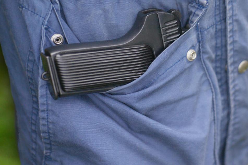 An Kasse eines Supermarkts: Mann fällt beim Bezahlen Pistole aus der Jacke!
