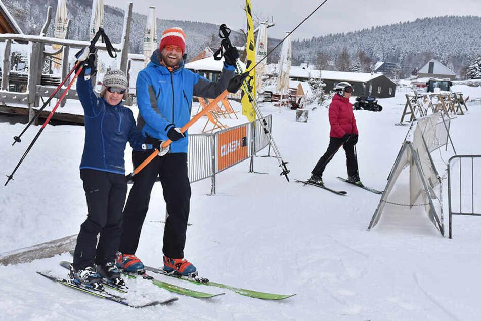 Die Skilifte auf dem Fichtelberg laufen. Am gestrigen Freitag war Saisonstart, die ersten Skihasen fuhren den Hang hinab. Die Wintersportbedingungen auf dem Dach Sachsens sind gut.