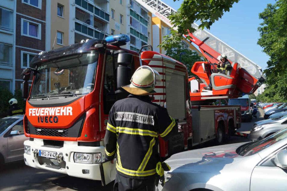 Die Einsatzkräfte versuchten mit einer Drehleitung zum Brand zu gelangen.