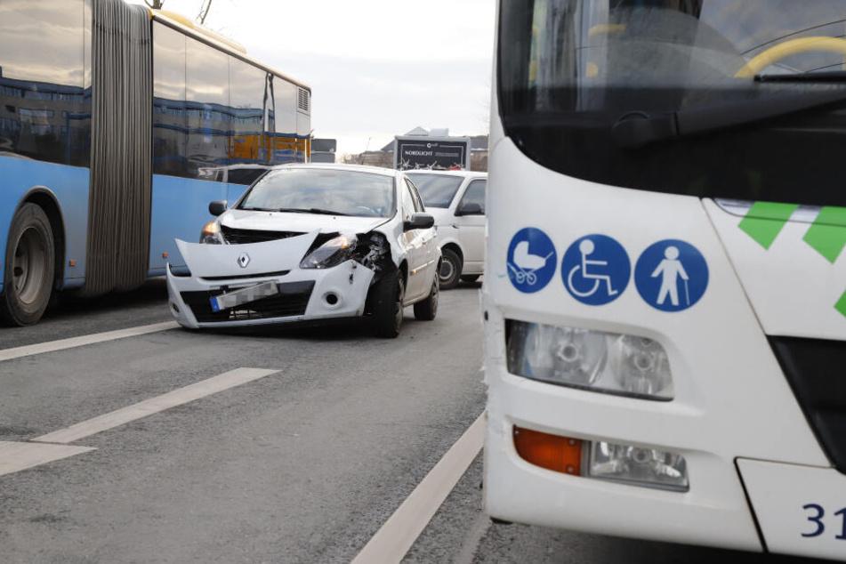 In der Bahnhofstraße waren ein Renault und ein Regio-Bus zusammengestoßen.